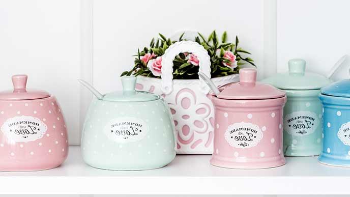 カラフルな陶器の調味料容器