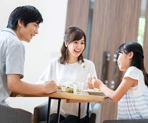 食事中に親子で談笑する