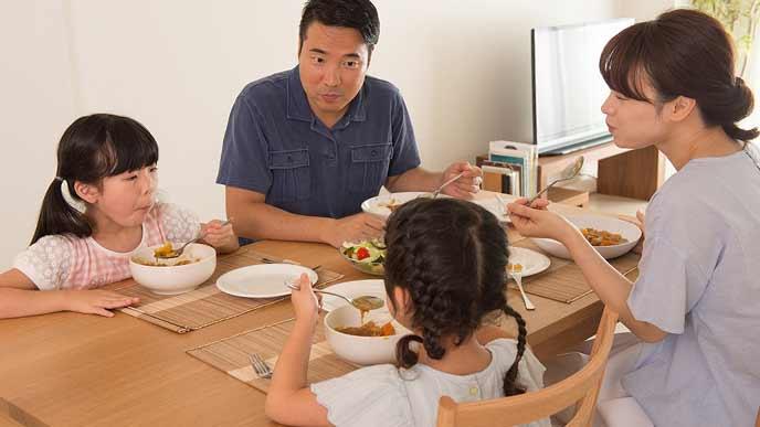 食事中に家族で話し合う